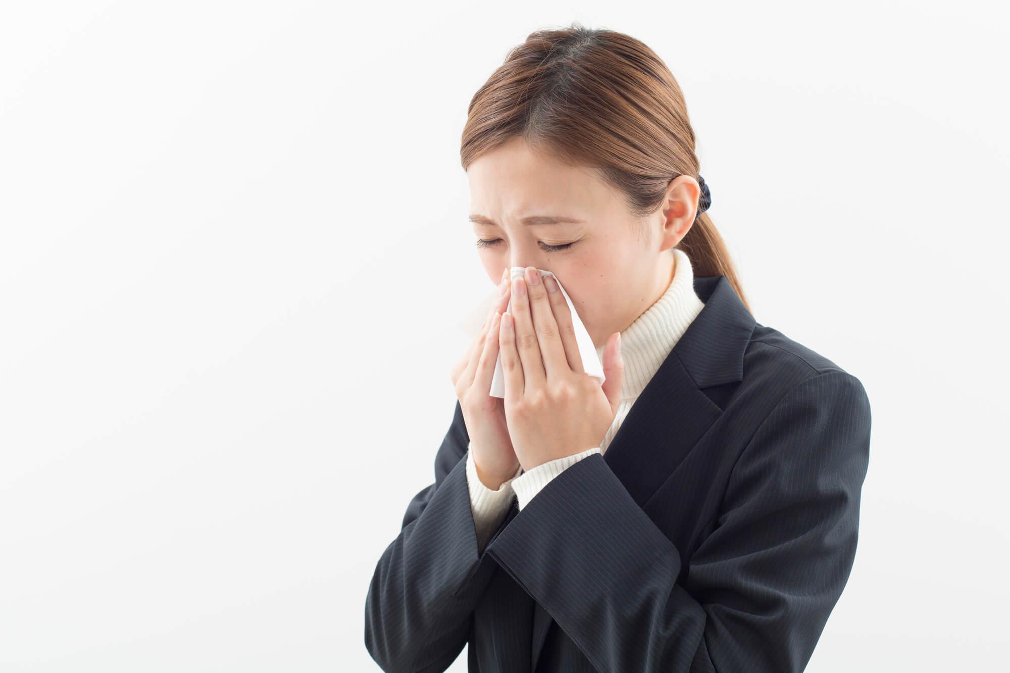 鼻水が止まらない女性