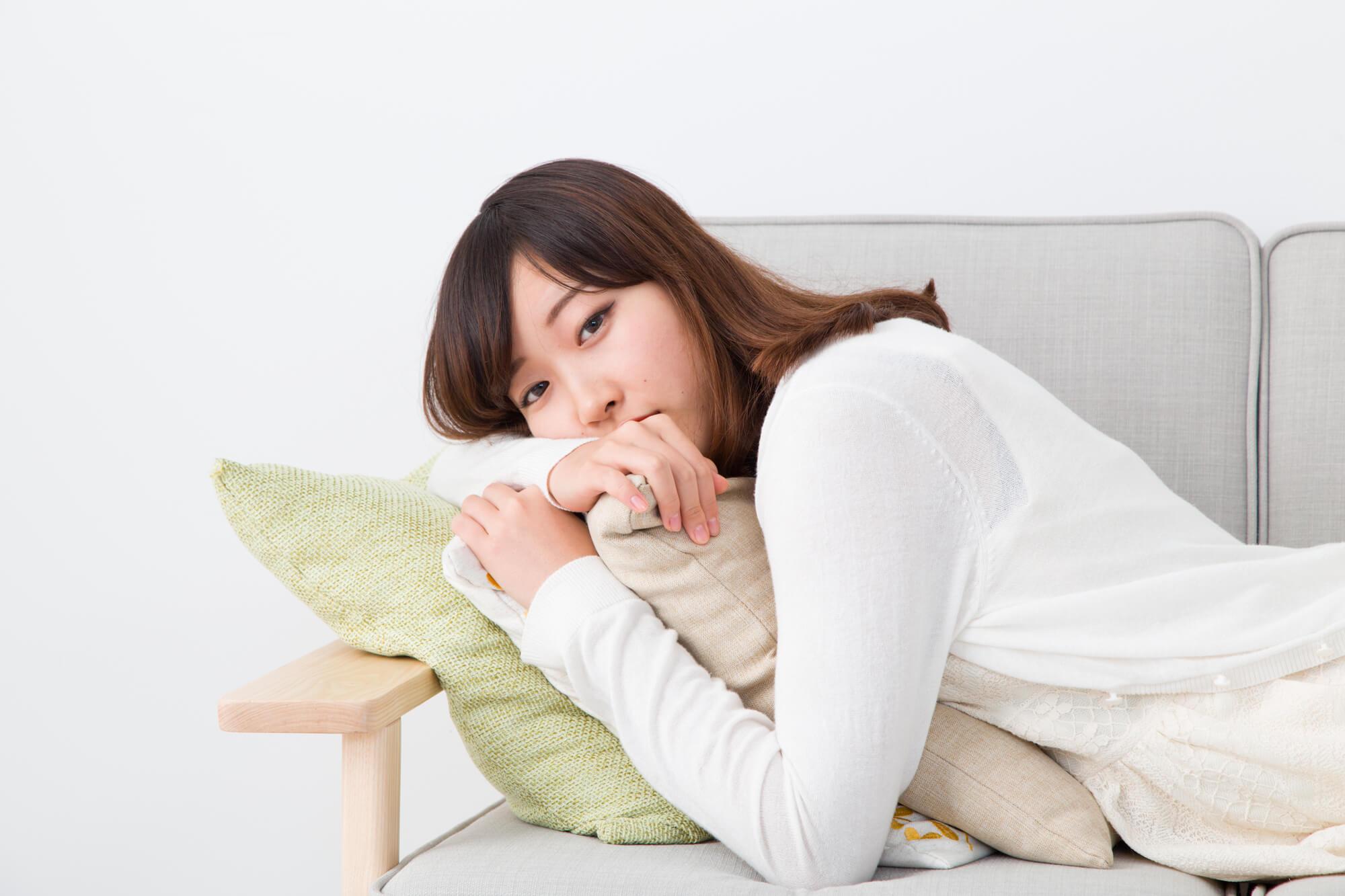 生理痛の辛さを伝える女性