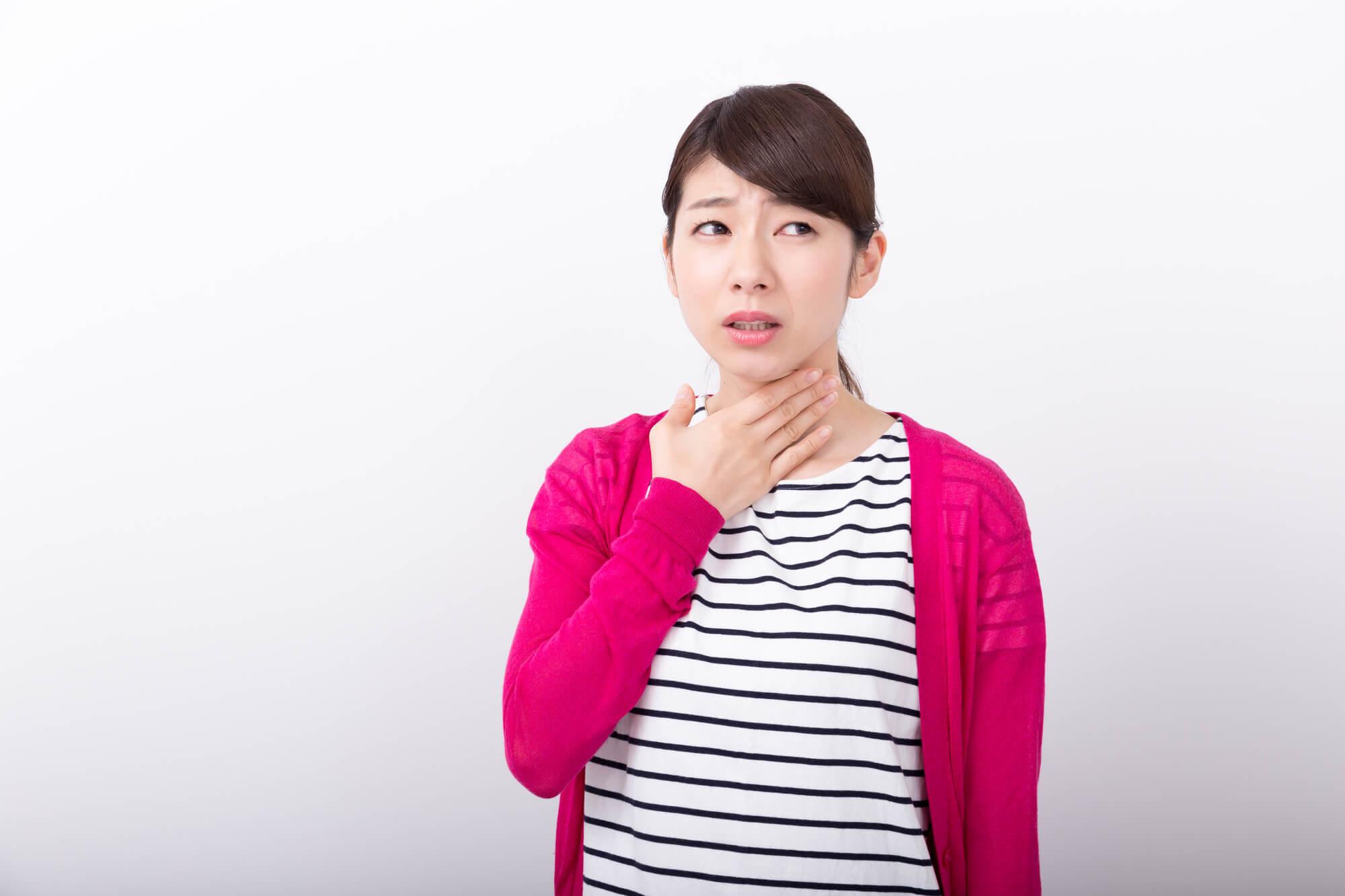 喉がなる女性