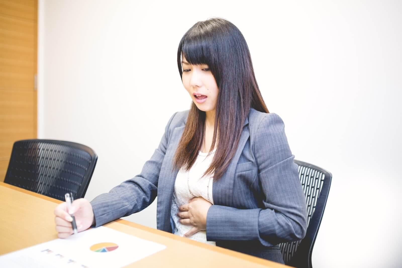 職場で胃が痛くなる女性