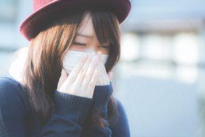 風邪をひいている女性