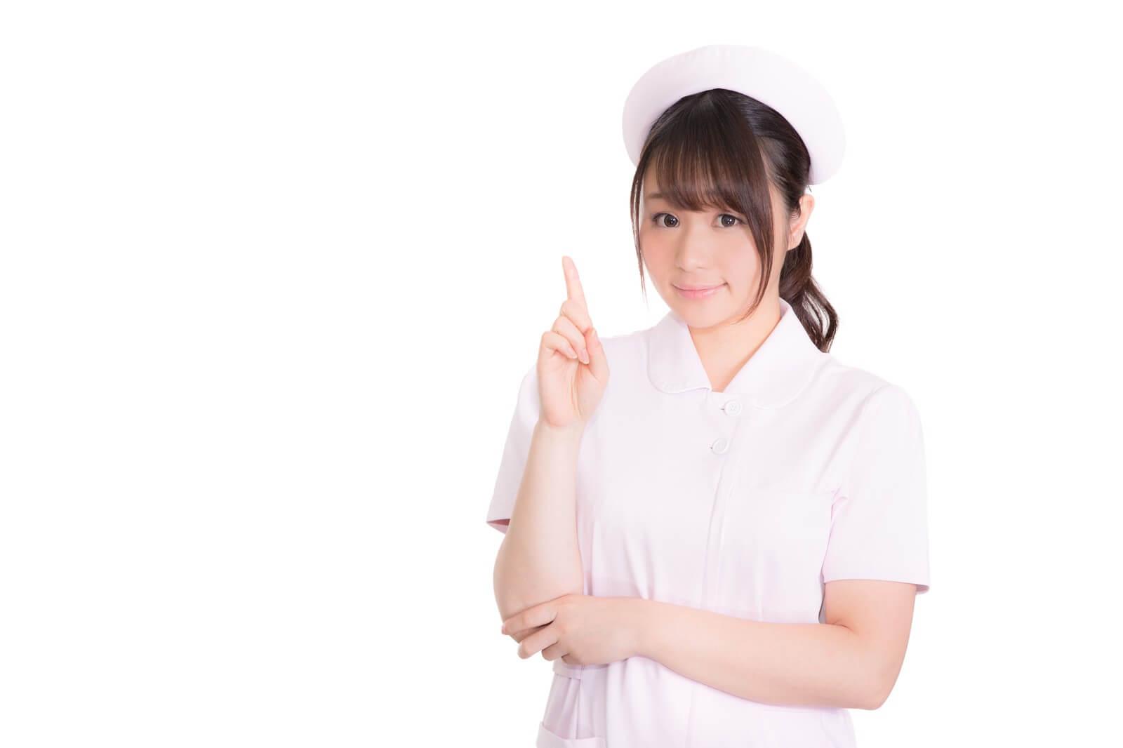 目の充血を心配する看護師