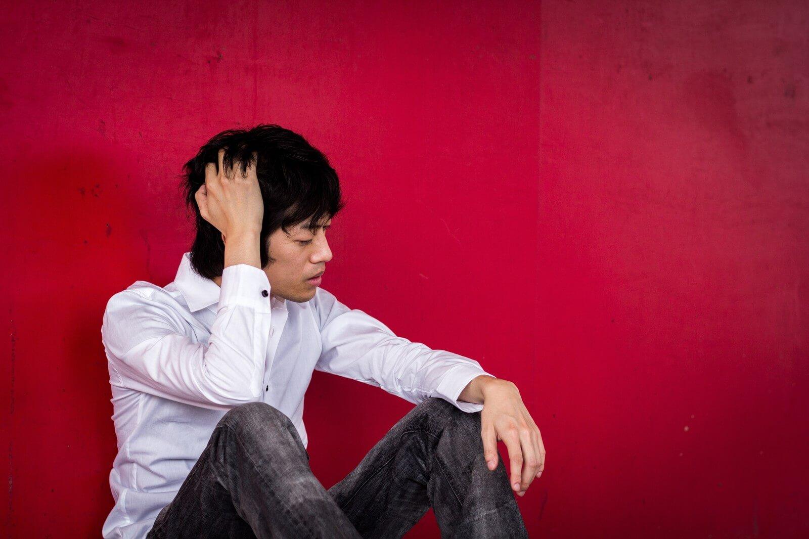 頭痛と胃痛がきている男性
